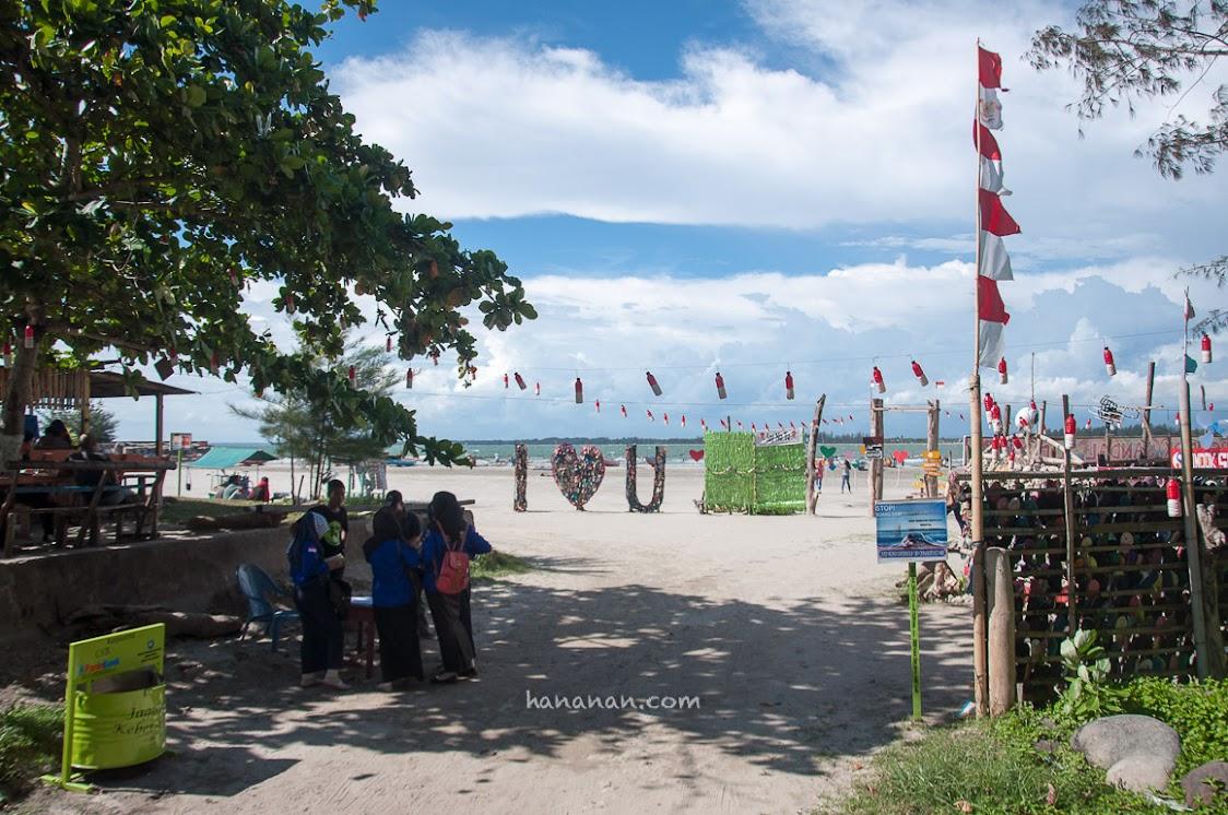 Pantai Tapak Paderi, Bengkulu ini berada tidak jauh dari Benteng Marlborough.