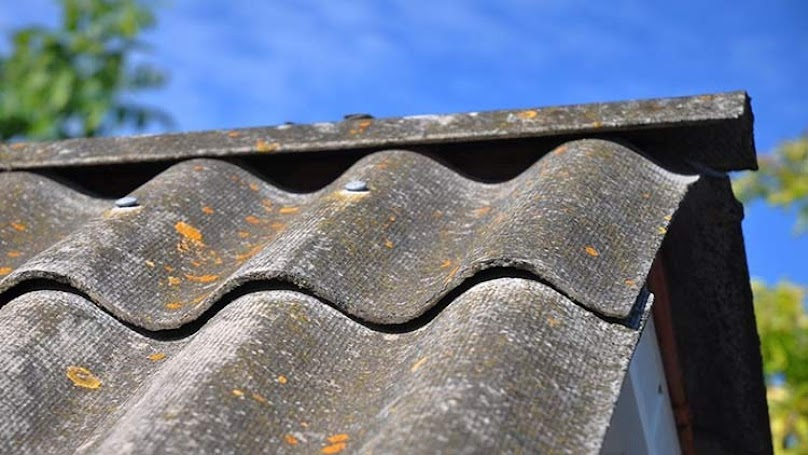 Azbest - konieczność usunięcia do 2032 roku z dachów w Polsce