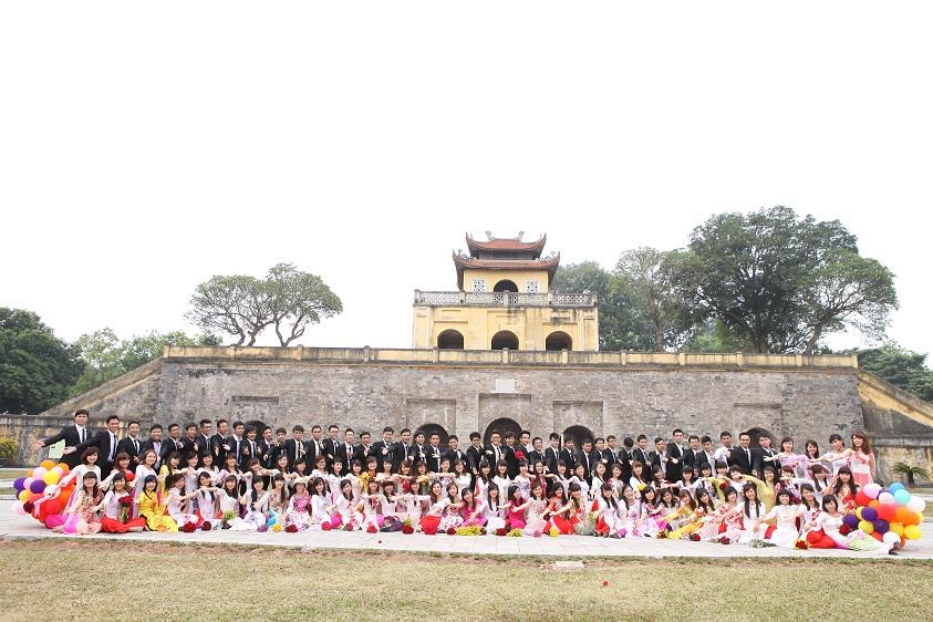 Hoàng Thành Thăng Long vào mùa kỷ yếu lúc nào cũng đông đúc như vậy