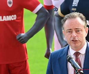 Pijnlijk: Bart De Wever gaat de mist in tijdens zijn hulde aan bekerwinnaar Antwerp en probeert zich er nog uit te kletsen