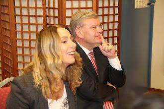 Photo: De Burgermeester Jan van Zaanen met zijn assistent