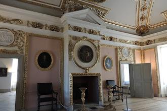 Photo: Schloss Caputh - Festsaal - Das Deckengemälde zeigt die Göttin Minerva als Beschützerin der Künste und Wissenschaften. Die Wandbespannung war zur Zeit der Kurfürstin Dorothea aus holländischen Kattun.