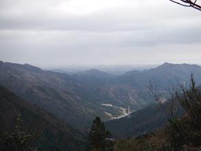谷間の先に明星ヶ岳(右)