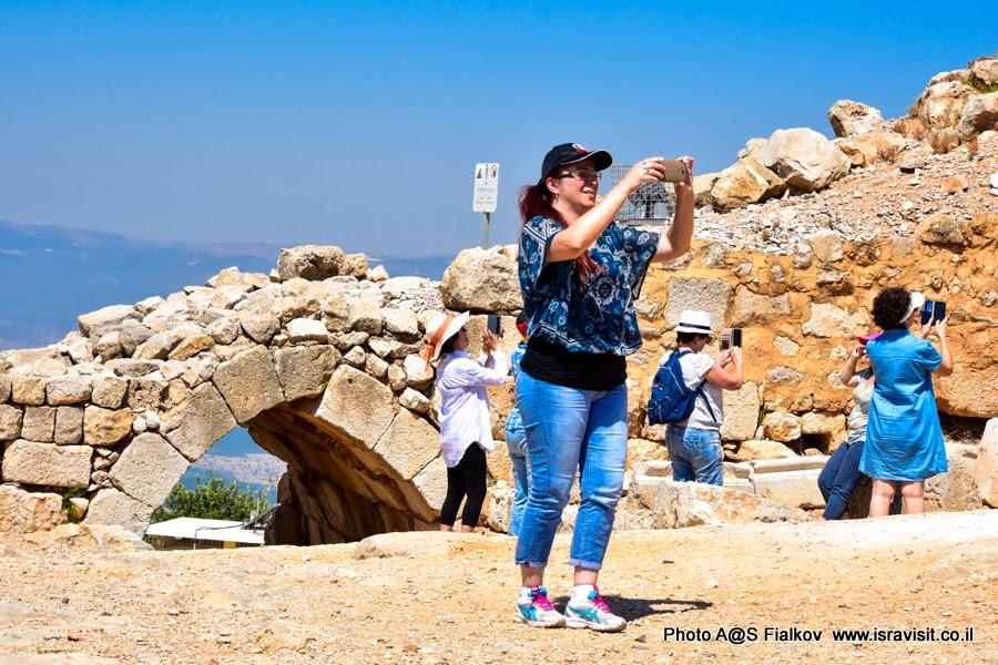 Туристы в крепости Нимрод. Экскурсии в Израиле.