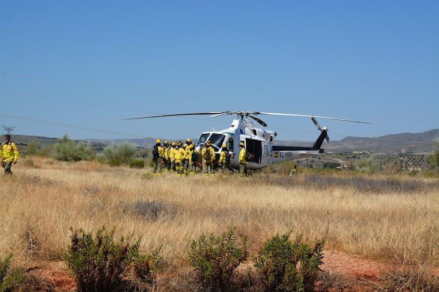 Efectivos del Infoca en una reunión de coordinación antes de montar en el helicóptero que los trasladó al epicentro del incendio.