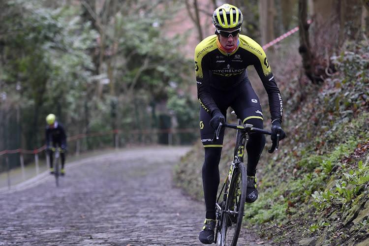 🎥 Dwaze man brengt minstens drie renners ten val na aankomst