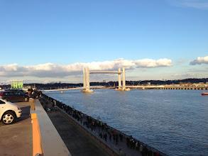 Photo: Le soleil vient illuminer le pont pour l'accueillir comme il le mérite.