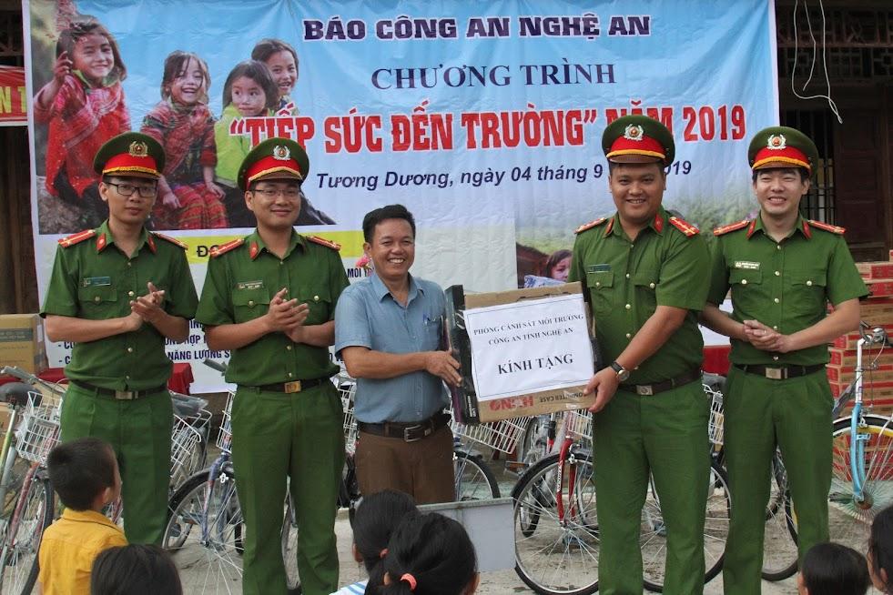 Phòng Cảnh sát môi trường trao quà cho Ban giám hiệu nhà trường