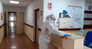 La UME desinfecta la Residencia de Mayores de Adra.