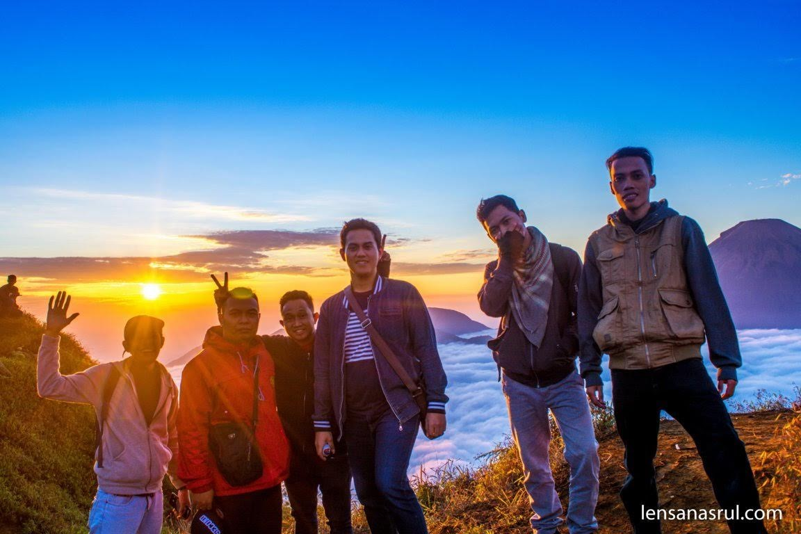 Harusnya 7 orang bisa menikmati Golden Sunrise, sayangnya satu teman tak kuat naik Puncak Sikunir