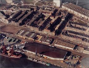 Photo: [1979 ©-Koos Spindler] - centraal staat hier Brede Hilledijk 280 (vanwege het eerste lustrum van Bouw- en aannemingsbedrijf John Spindler BV) - dit is ook een van de eerste luchtfoto's met daarop het in dat jaar gebouwde wooncomplex Tolhuispoort
