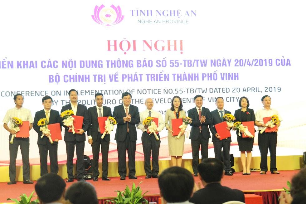 Lãnh đạo tỉnh trao biên bản ghi nhớ hợp tác đầu tư được ký kết giữa UBND tỉnh với các Tập đoàn, các Tổng công ty