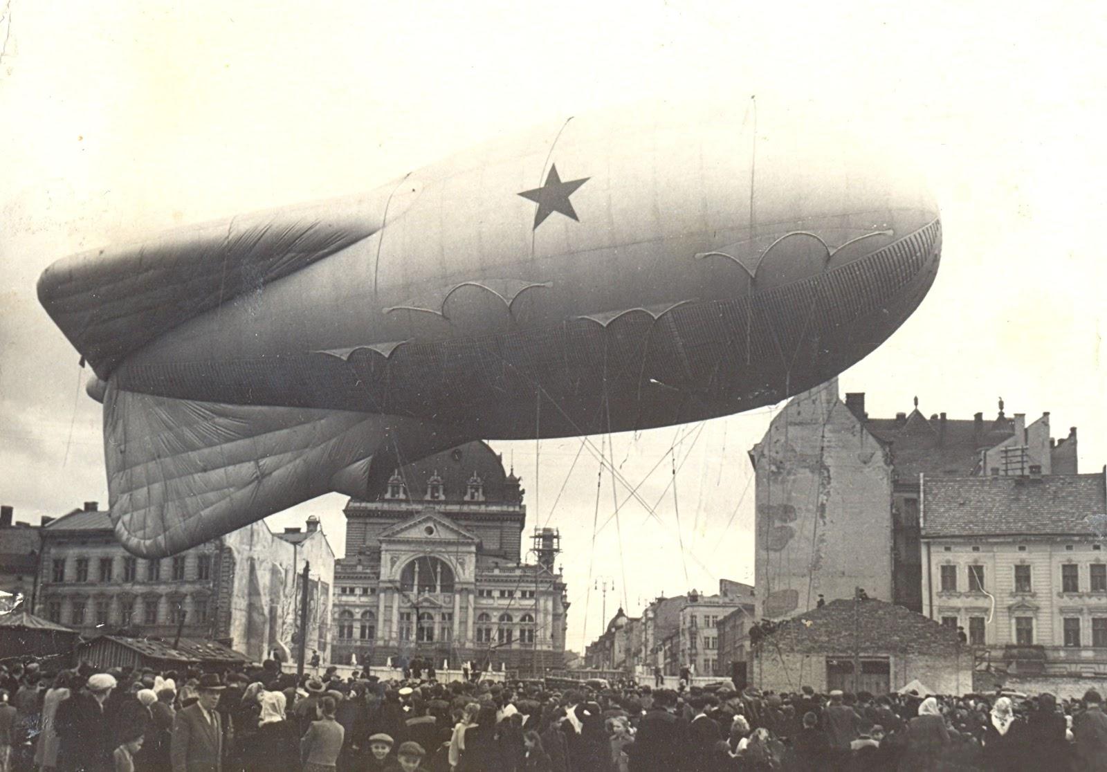 В праздники над центром послевоенного Львова взмывал дирижабль с советской символикой, 1947 год / DR