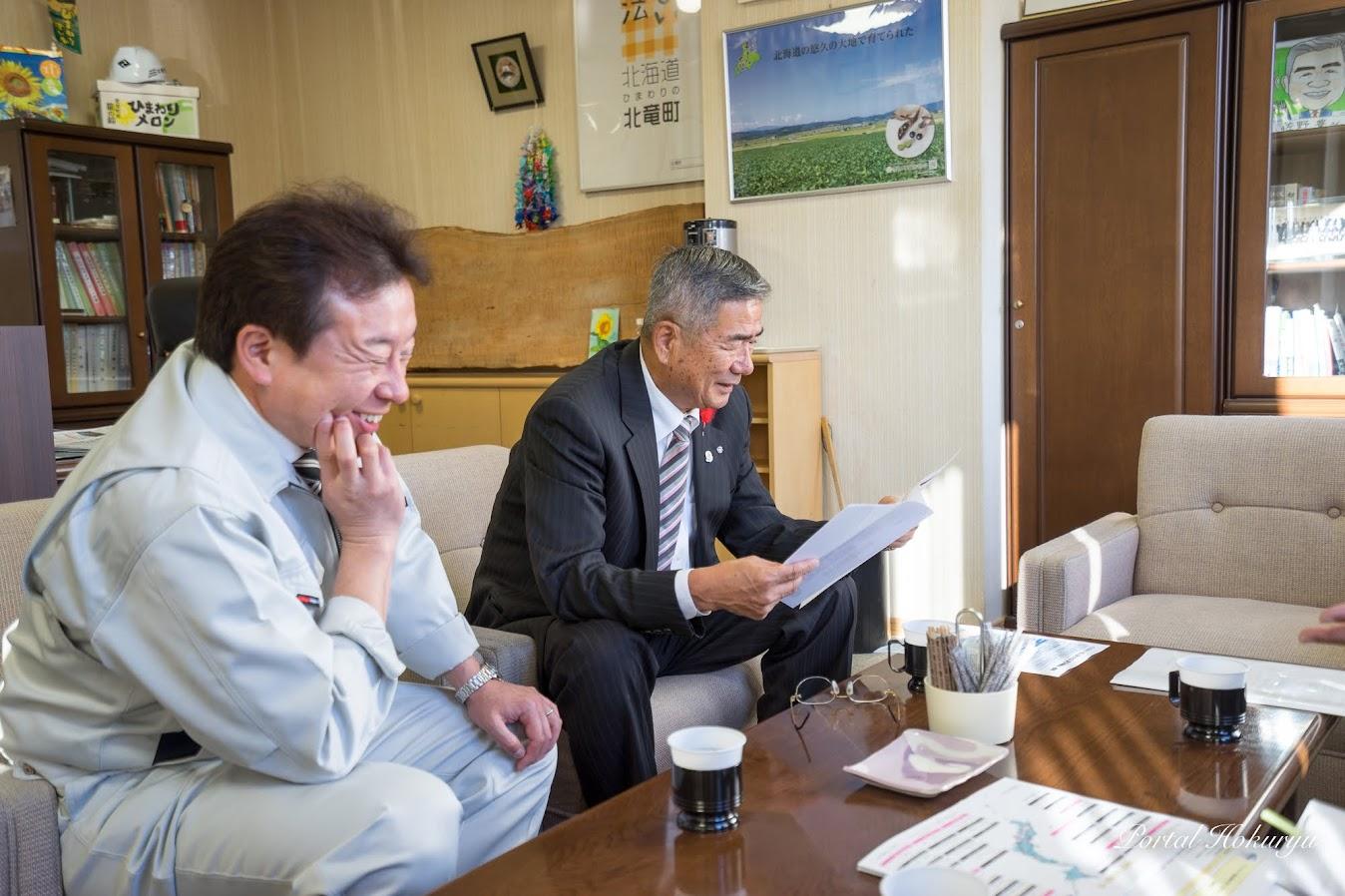 選定を喜ぶ佐野町長、産業課・細川課長