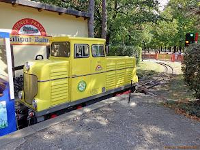 """Photo: Lokomotywa spalinowa D4 (Tobisch, Wien, 1967) ze składem """"letniaków"""" kolejki Wiener Prater Liliput-Bahn {Prater Hbf; 2013-08-22}"""