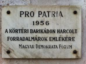Photo: Pamětní deska na počest hrdinům, kteří bojovali na této barikádě v centru Budapešti v roce 1956 proti stalinistické diktatuře a sovětské okupaci.