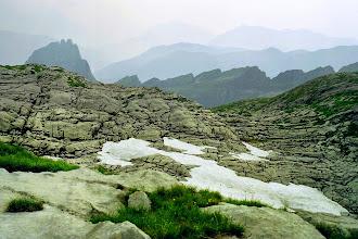 Photo: Der Weg zum Refuge de Folly führt über die interessante Steinformation - Weitere Infos zu Touren in Savoyen:  http://pagewizz.com/liste-wanderungen-und-ausfluege-in-hochsavoyen-frankreich/