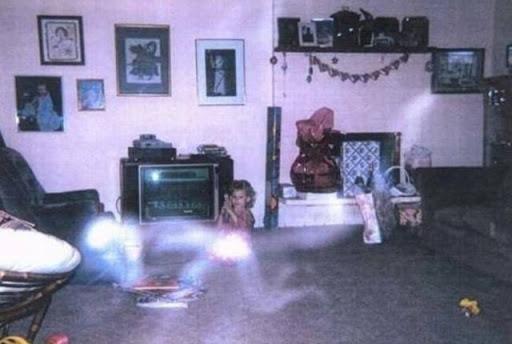 Foto de una niña donde aparece un fantasma