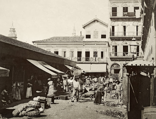 Peixe Beach Fish Market; in the background, the Machado Hotel, in Mercado Street