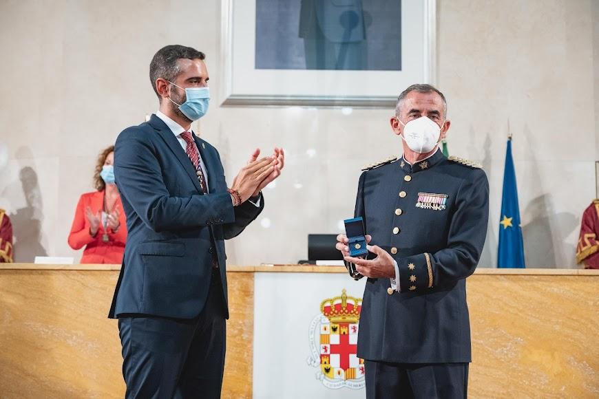 El coronel Javier Soriano recibe el Escudo de Oro de la ciudad.