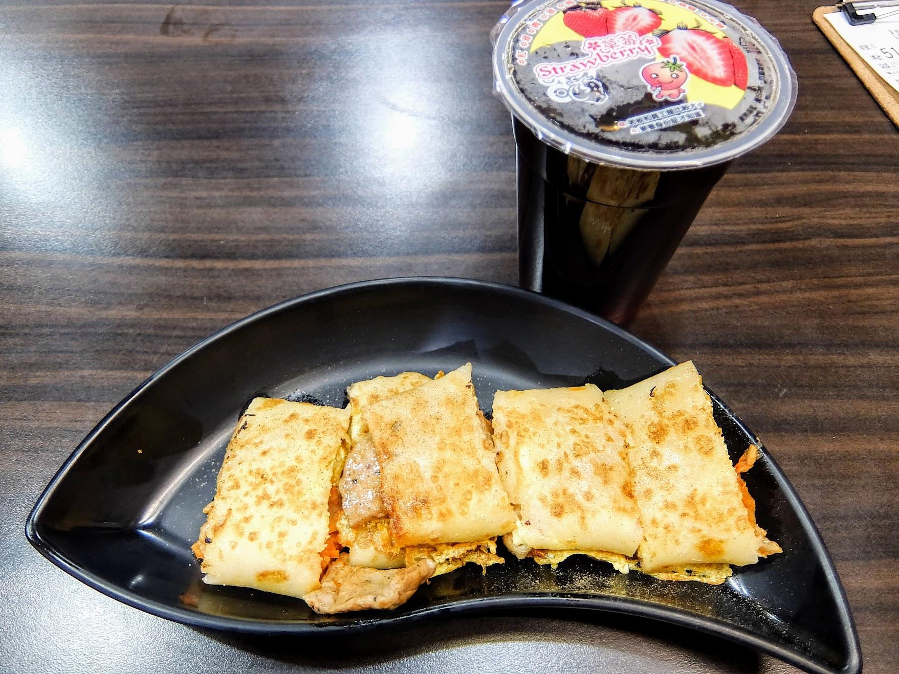 韓式泡菜燒肉蛋餅,就這樣一個蛋餅一杯飲料,是一天活力的泉源