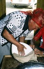 Photo: 03156 ブルド/ハスバータルイ家/乳製品作り/ビャスラグつくり/羊・山羊乳/完成したウルムをはがして鍋に残った脱脂乳に酸乳であるタラグを加える。袋に入れて水分を除き、カゼイン凝固している部分を取り出す。