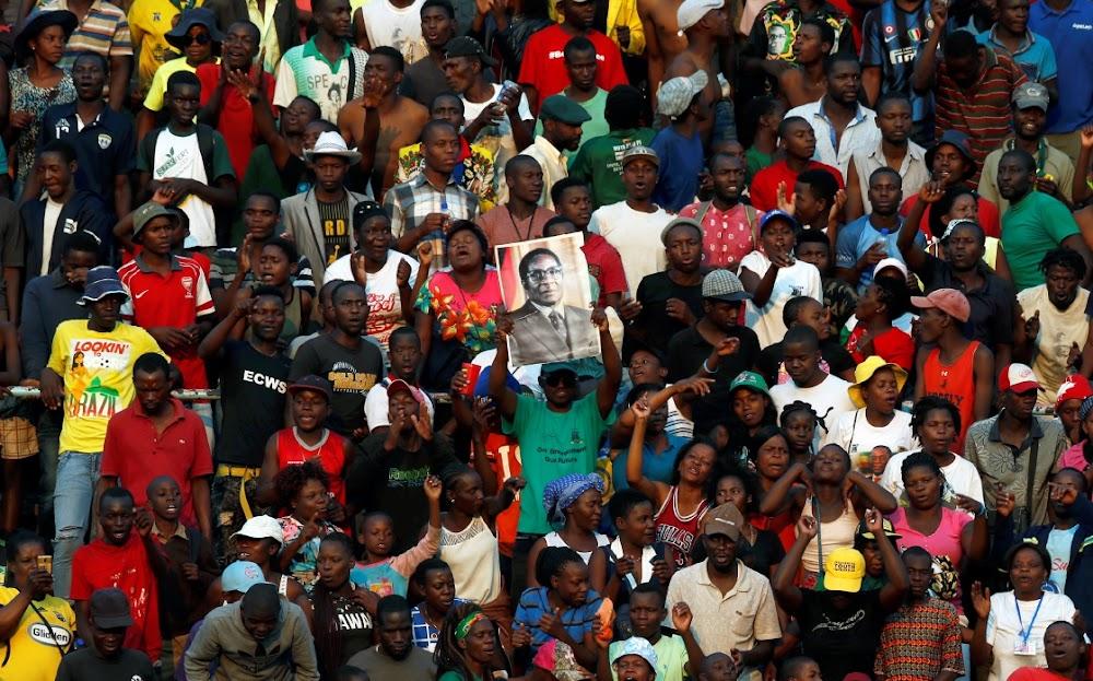 Die Mugabe-familie smul Emmerson Mnangagwa aan en kies 'n privaat begrafnis