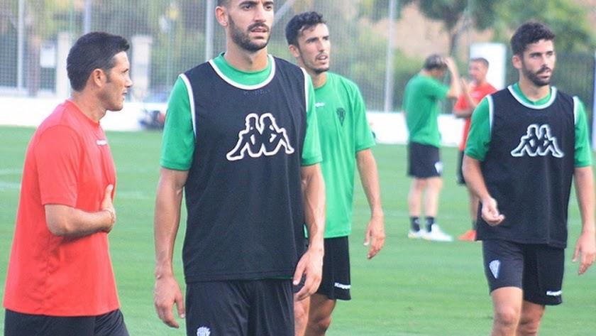 Álex Vallejo en un entrenamiento con el Córdoba.