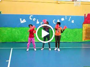 Video: Coreografias de Ed. fisica. Alumnas de 4º B de Primaria. ¡Buen trabajo campeonas!