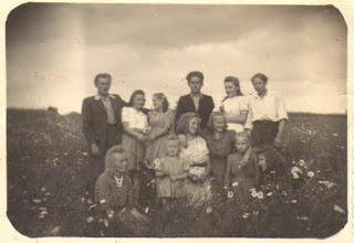 Photo: Stasys Valužis, Janina, Jurgis, Magdalena Burbienė, Adomas Burba, Stanislovas ir Juozas Valužiai (Janinos Burbaitės archyvas)