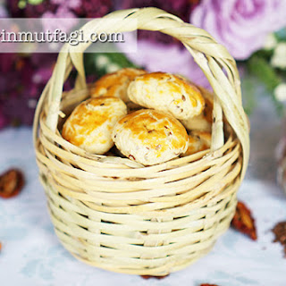 Crispy Sun Dried Tomato Biscuits