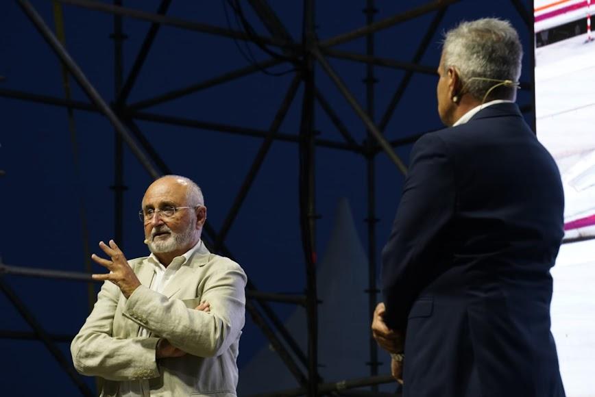 El ingeniero Francisco García Calvo durante su charla con Cristóbal Cervantes.