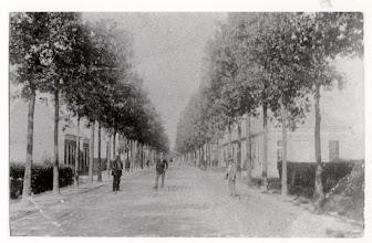 Photo: 1924 Mastbosstraat met links de tramrails en op de voorgrond drie onbekenden.