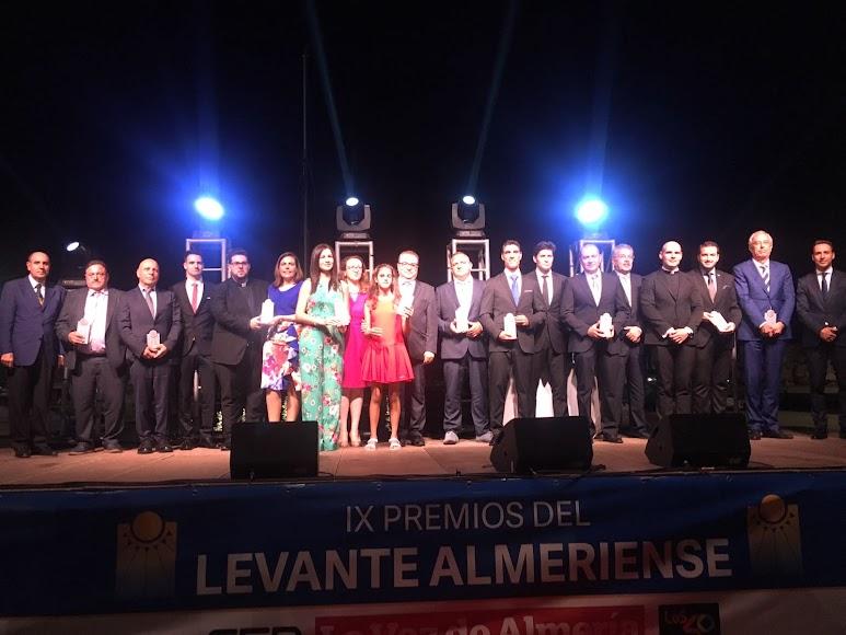 Premiados y organizadores de los Premios Levante, en la tradicional foto de familia que ha despedido la gala.