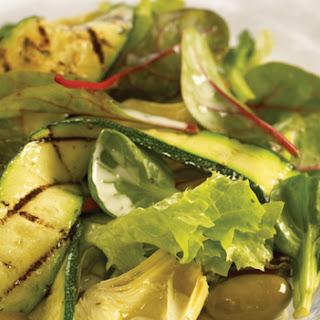 Gemengde Salade Met Artisjokken, Olijven En Gegrilde Courgette