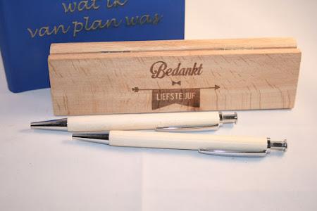 School en kantoor - persoonlijk pennensetje, zowel de pennen (blauwe pen en vulpotlood) als het houten doosje worden gegraveerd naar keuze