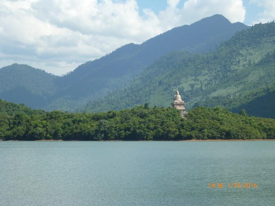 tượng phật tổ nổi bật trên núi giữa hồ