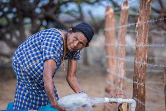 Photo: Llenando la botella - comunidad de Jawapiakat - Maicao