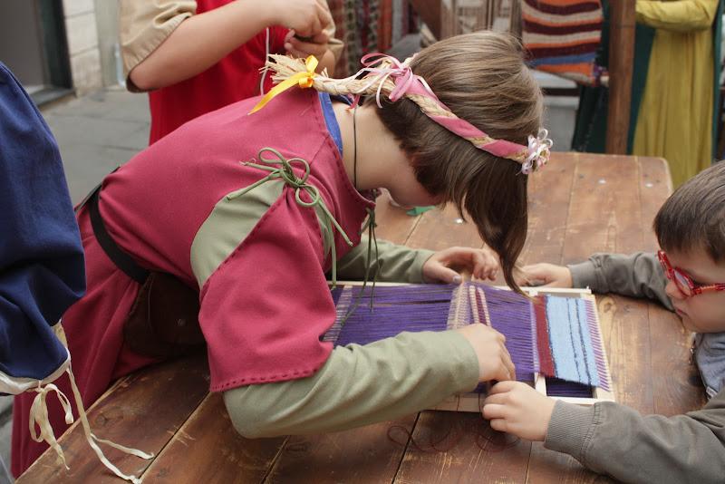 Creazione tessile con piccolo telaio di Bibanto