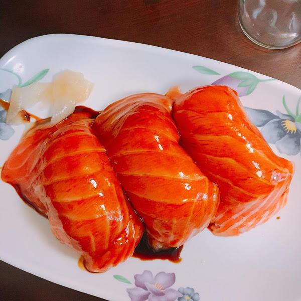 三味食堂 傳說中拳頭那麼大的鮭魚握壽司