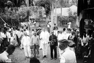 Photo: Mara'dia Tapalang atau Tappalang, Pattana Pantang Abdul Hafid (1934 – 1936). Kerajaan Tapalang adalah salah satu kerajaan dari Pitu Ba'bana Binanga yang berpemerintahan sendiri (Zelfbestuurder). Tampak dalam gambar, Pattana Pantang Abdul Hafid (pakaian hitam) diapit dua pejabat Hindia Belanda, dan disebelah kanan (berkacamata baju hitam) Mara'dia Mamuju Djalalu Amanna Indar di Tapalang. Abdul Hafid, bersama dengan Ramang Patta Lolo (Mara'dia Majene), Andi Baso (Mara'dia Balangnipa atau Balanipa), Pawelai (Mara'dia Cenrana),  Tenralipu (Mara'dia Pambauang atau Pamboang),  Lamaga (Aru Malolo Binuang), Djalalu Ammana Indar (Mara'dia Mamuju) turut serta dalam pembentukan Gabungan Celebes (Sulawesi) di Watampone, Bone tanggal 18 Oktober 1948 yang dihadiri 30 pemerintah kerajaan di Sulawesi. Mara'dia Tapalang, Mandar: 1850 – 1860 Tomappelei Asuginna 1860 – 1867 Puwa Caco Tomanggang Gagallang Patta ri Malunda 1867 – 1889 Na E Sukur 1889 – 1892 Pabanari Daeng Natonga 1892 – 1908 Andi Musa Paduwa Limba 1908 – 1934 Bustari Patani Lantang 1934 – 1950 Pattana Pantang Abdul Hafid. Sumber gambar : Tropen Museum Amsterdam (diedit). https://nurkasim49.blogspot.co.id