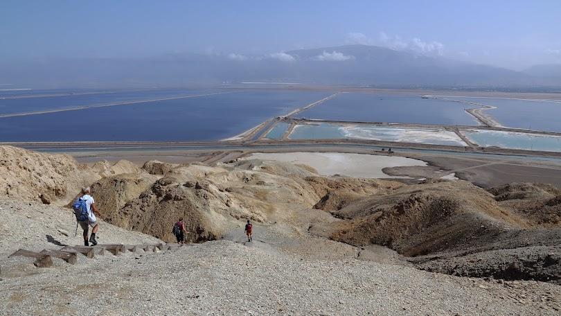 Coborărea de pe Mt. Sodom. In spate se văd iazurile de sare