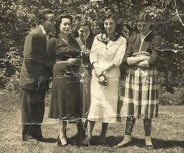 Photo: Toñin, Tatin, Tere, maestra y Livi