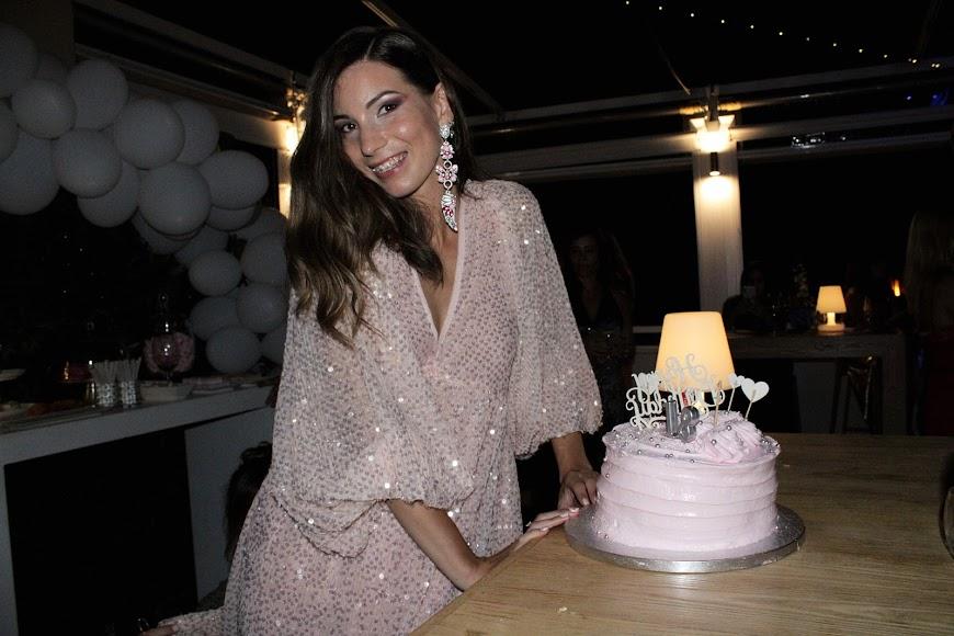Con la tarta de cumpleaños de Jara Liria Rivas.