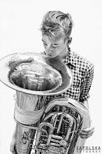 Photo: Kristian Tangvik er uddannet rytmisk tubaist fra RMC i København. I løbet af sit korte, indadvendte kunstnerliv, har han præsteret at formulere og omkalfatre tubaens soniske og æstetiske brugsområde til hidtil uanede dimensioner.