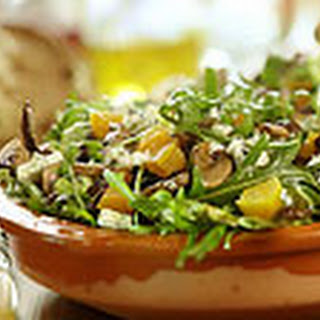 Gemengde Salade Met Gebakken Champignons En Blauwe Kaas