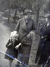 Photo: Jantiena Braams en haar moeder Rikie Braams-Speulman en Lucretia van Jan Udding. Voor het huis van Willem Homan.