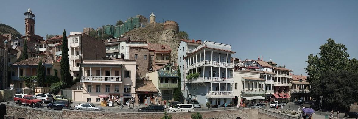 Blick von den Schwefelbädern auf einige schöne Häuser der Altstadt.