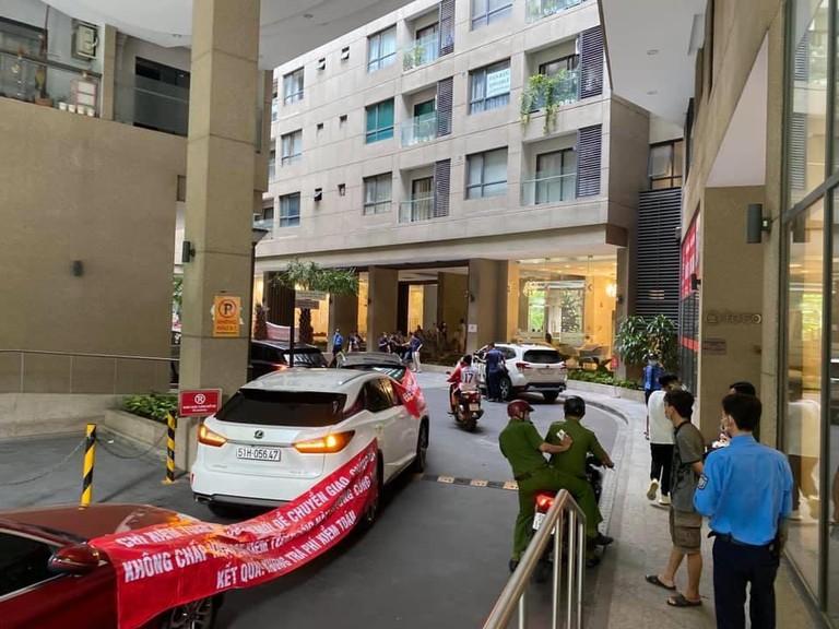 Tranh chấp bãi đậu xe với Chủ đầu tư, dân kéo xe Audi Lexus quấn băng rôn đi kiện - Ảnh 1