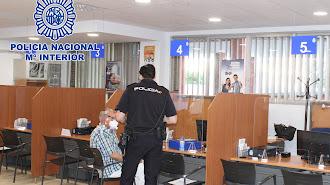 Un ciudadano visita las dependencias policiales para renovar el DNI.